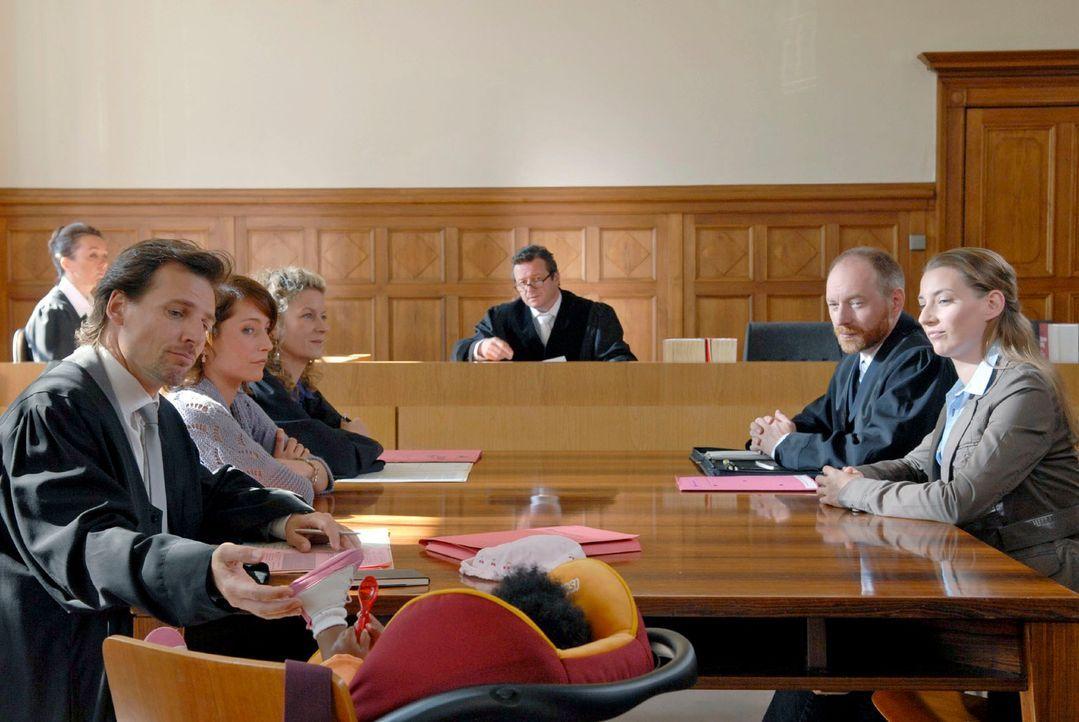 Richter Saueregger (Christoph Krix, M.) führt die Verhandlung im Sorgerechtsstreit zwischen Astrid (Florentine Lahme, 2.v.l.) und Alex (René Steinke... - Bildquelle: Christoph Assmann Sat.1