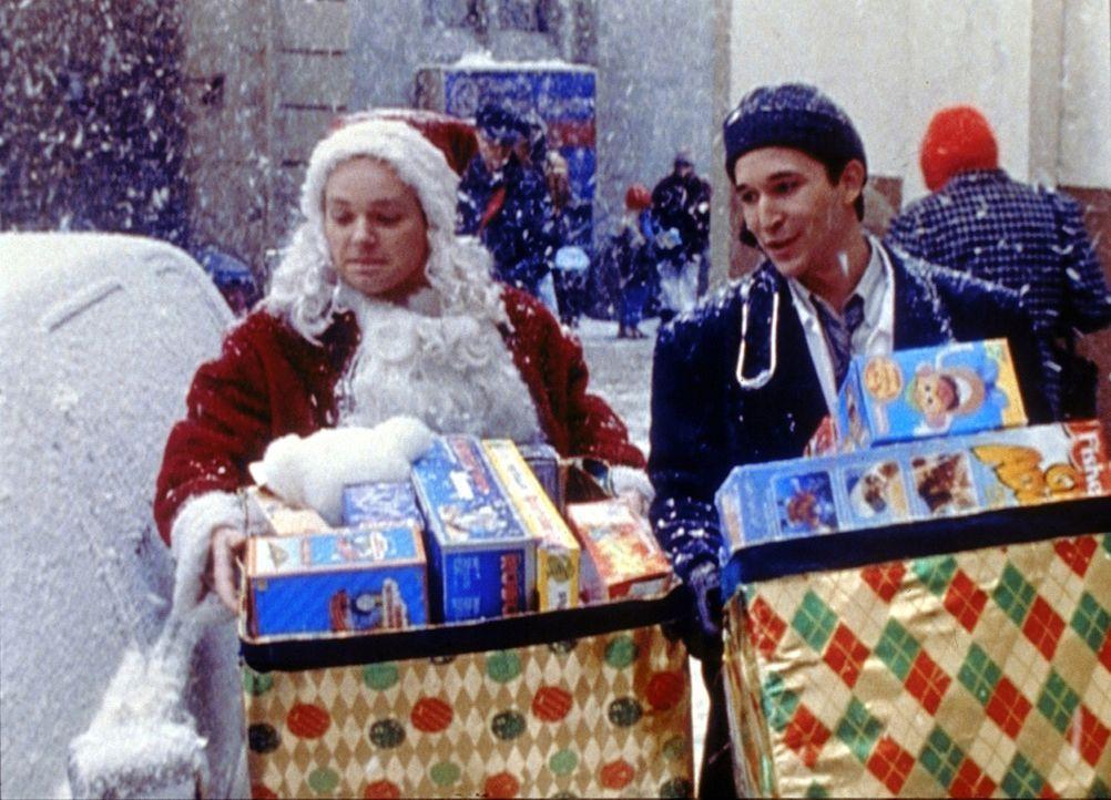 Dr. Carter (Noah Wyle), r. und seine Cousin Chase (Jonathan Scarfe, l.) kaufen gemeinsam Weihnachtsgeschenke ein. - Bildquelle: TM+  2000 WARNER BROS.