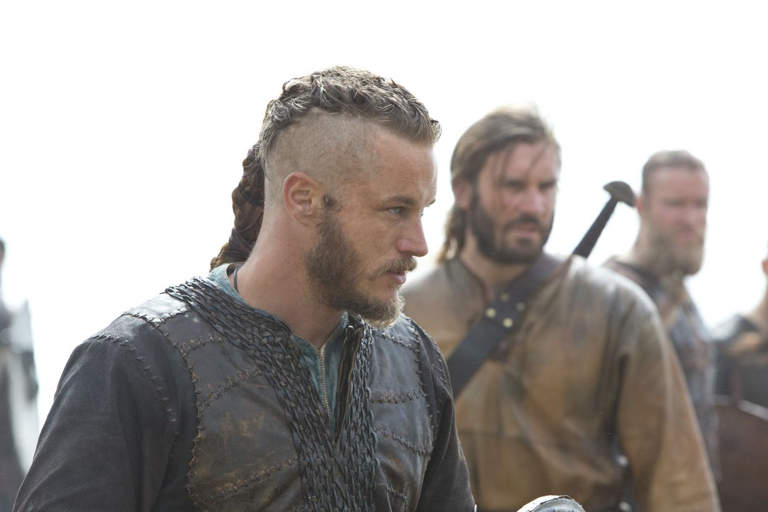 Kaum an Land, treffen Ragnar (Travis Fimmel, l.) und Rollo Lothbrok (Clive Standen, r.) auf fremde Männer, die ihnen sehr freundlich begegnen. Eine... - Bildquelle: 2013 TM TELEVISION PRODUCTIONS LIMITED/T5 VIKINGS PRODUCTIONS INC. ALL RIGHTS RESERVED.