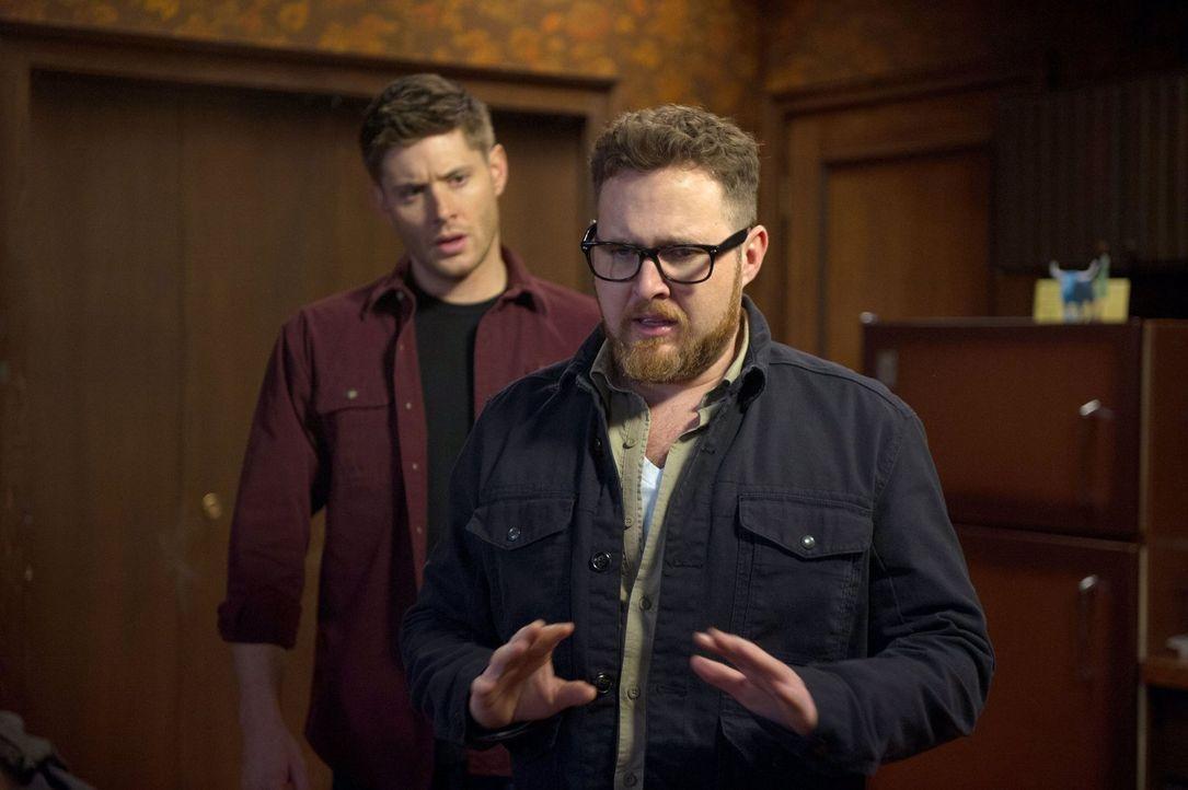 Wird ausgerechnet Ed (A.J. Buckley, r.) Dean (Jensen Ackles, l.) und Sam auf die richtige Spur bei ihrem neusten Fall bringen? - Bildquelle: 2013 Warner Brothers