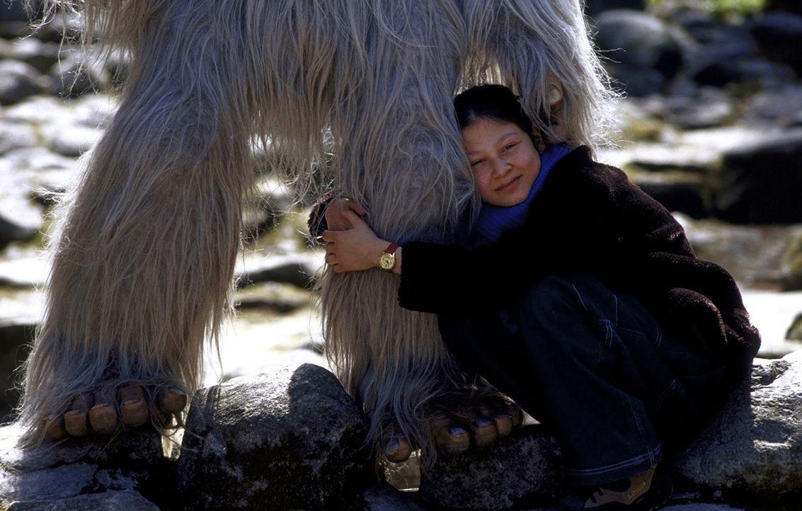 Nur die kleine Charlie (Ines Nieri) ahnt, was in dem Yeti vorgeht, der von Stunde zu Stunde immer kränker wird ... - Bildquelle: Leslie Haslam ProSieben