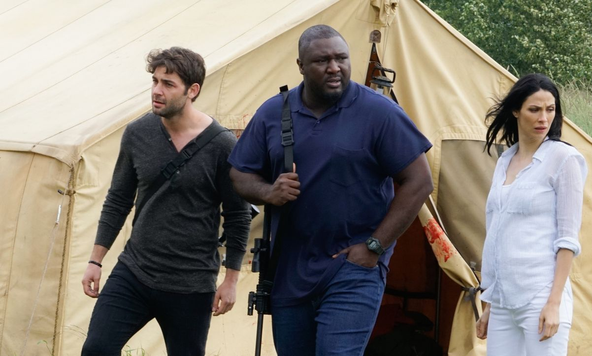 Jackson (James Wolk, l.), Abraham (Nonso Anozie, M.) und Allison Shaw (Joanne Kelly, r.) finden die blutigen Überreste der Karawane in Afrika. Jacks... - Bildquelle: Shane Harvey 2016 CBS Broadcasting Inc. All Rights Reserved.
