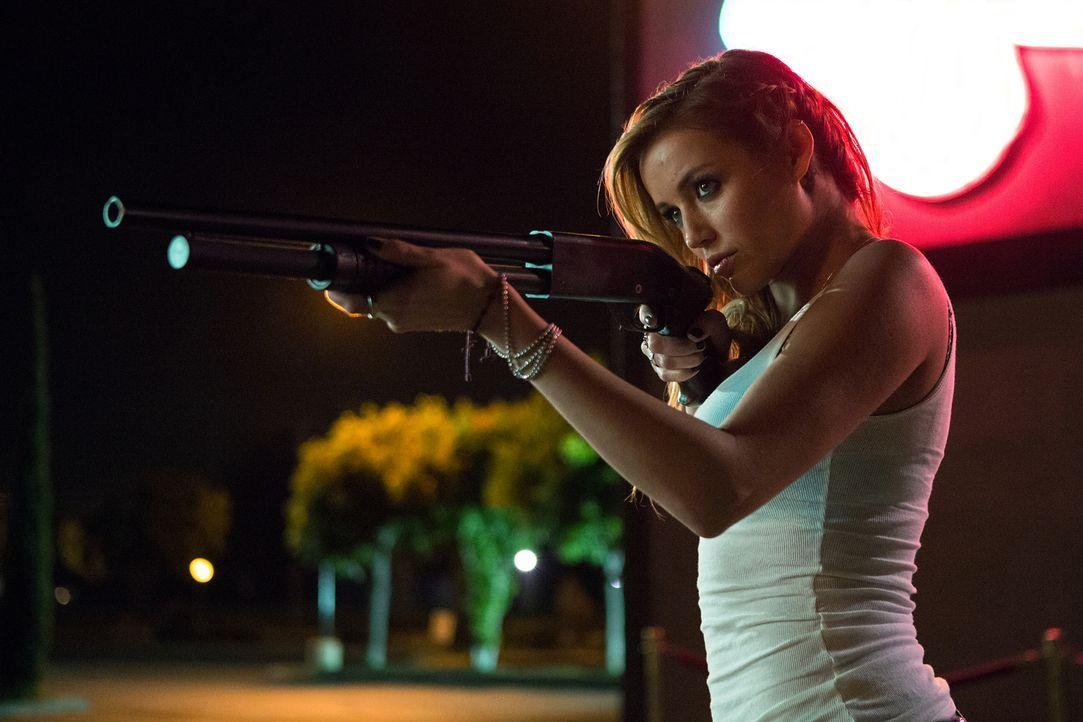 Bardame Denise (Sarah Dumont) schießt scharf ... - Bildquelle: Jamie Trueblood 2015 Paramount Pictures. All Rights Reserved.