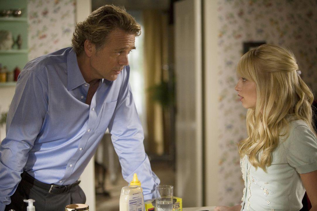 Marshall (John Schneider, l.) liebt seine Tochter Grace (Megan Park, r.) und würde gerne ihr ganzes Leben kontrollieren - doch langsam rebelliert si... - Bildquelle: ABC Family