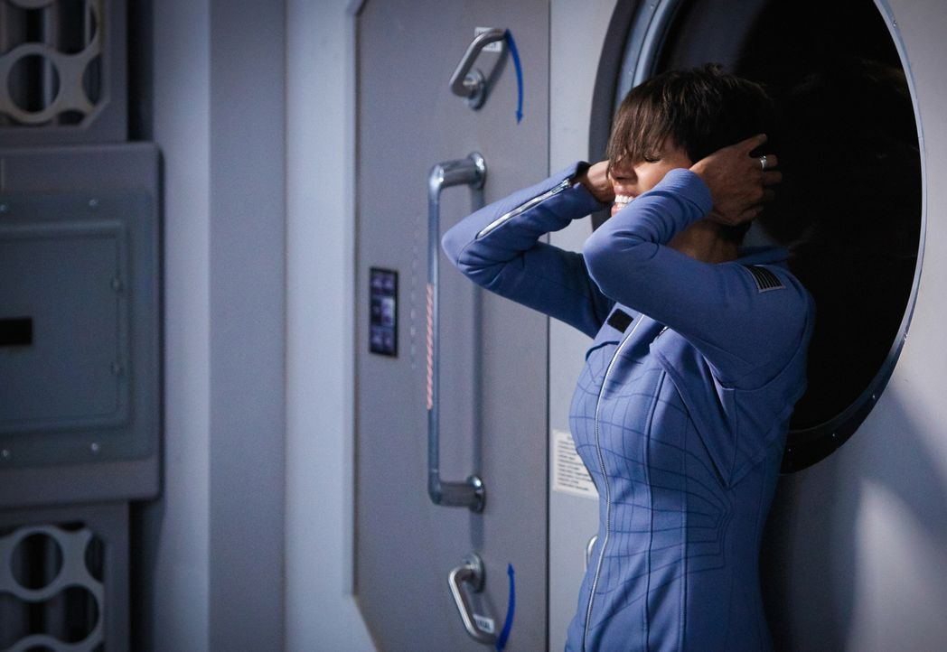 Es wird immer klarer: Molly (Halle Berry) hat wiederkehrende Flashbacks, die ihr zeigen, was im All passiert ist. Doch was das geheime Zeichen auf i... - Bildquelle: Sonja Flemming 2014 CBS Broadcasting, Inc. All Rights Reserved