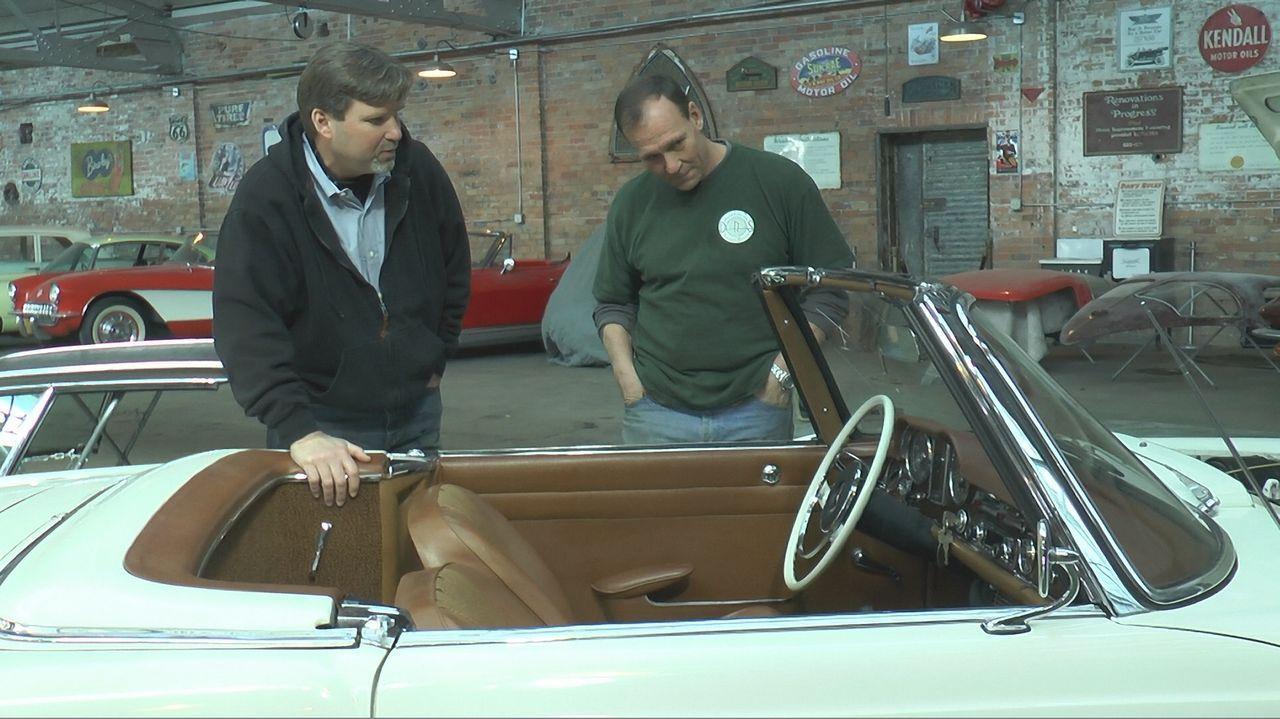 Gary (l.) möchte seinen 1964er Mercedes 230SL restaurieren lassen. Sein Budget ist klein, und  das Team muss sich vielen Herausforderungen stellen:... - Bildquelle: New Dominion Pictures LLC.