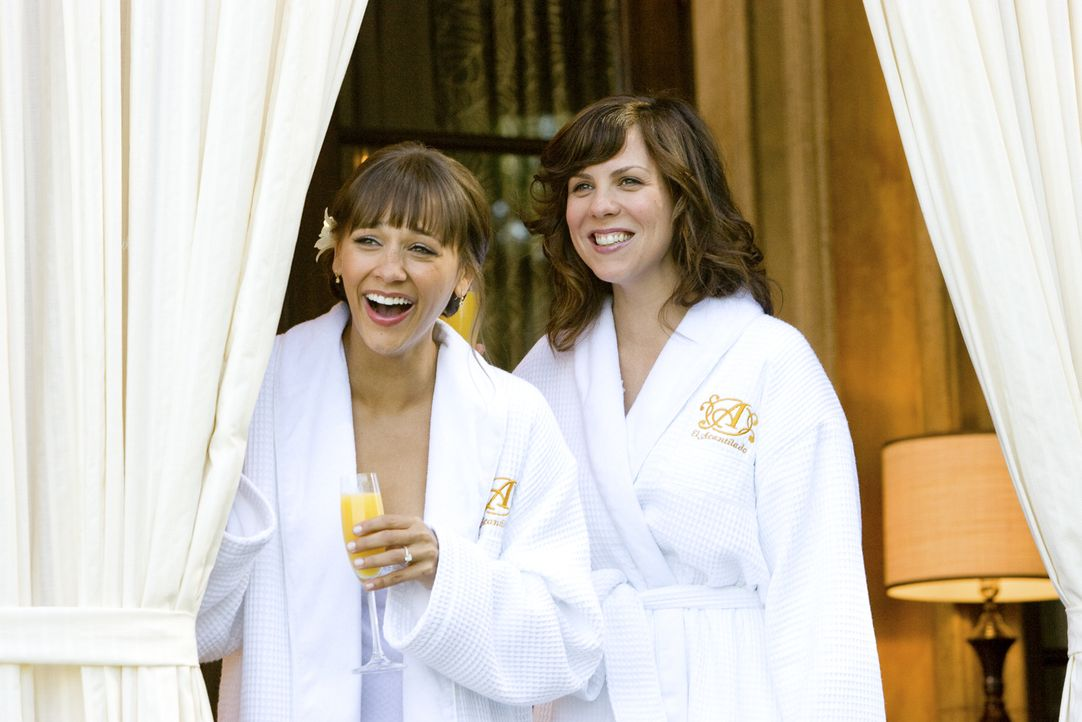 Fiebern einer Hochzeit entgegen, bei der nur noch ein passender Trauzeuge fehlt: Zooey (Rashida Jones, l.) und Hailey (Sarah Burns, r.) ... - Bildquelle: (2009) DW STUDIOS L.L.C. ALL RIGHTS RESERVED