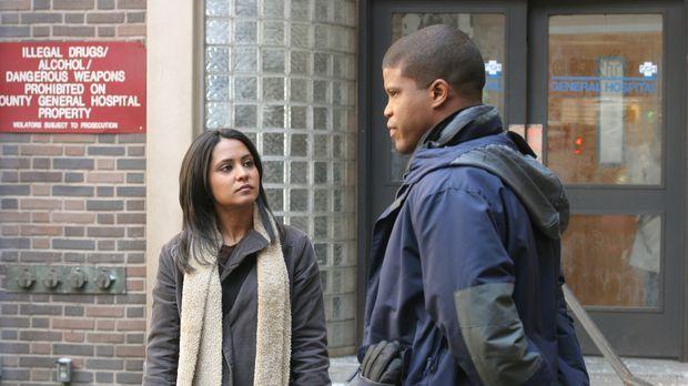 Michael (Sharif Atkins, r.) hat eine Neuigkeit für Neela (Parminder Nagra, l....