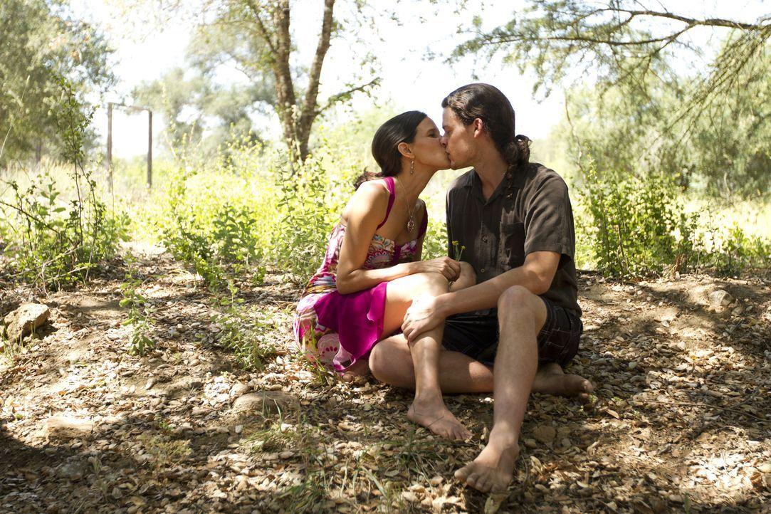 Kamala (l.) liebt die Zeit mit Jason (r.), aber genauso gerne teilt sie ihren Liebhaber mit ihren Freunden ... - Bildquelle: Showtime Networks Inc. All rights reserved.