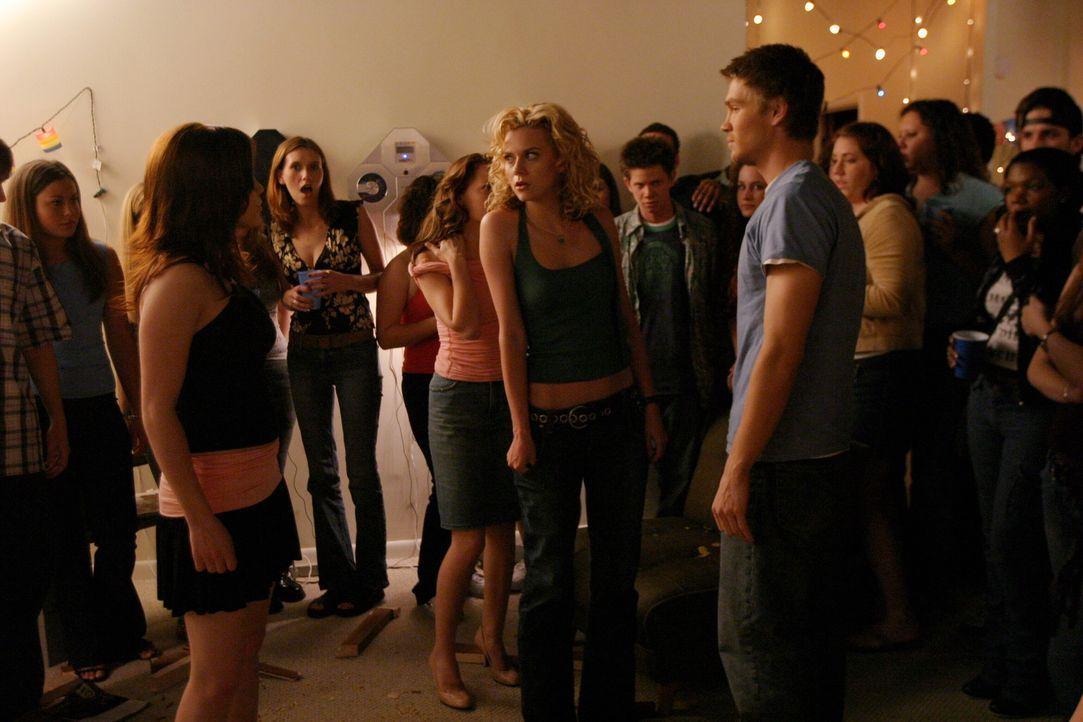 Eine Party mit Folgen: Brooke (Sophia Bush, vorne l.), Peyton (Hilarie Burton, vorne M.) und Lucas (Chad Michael Murray, vorne r.) ... - Bildquelle: Warner Bros. Pictures