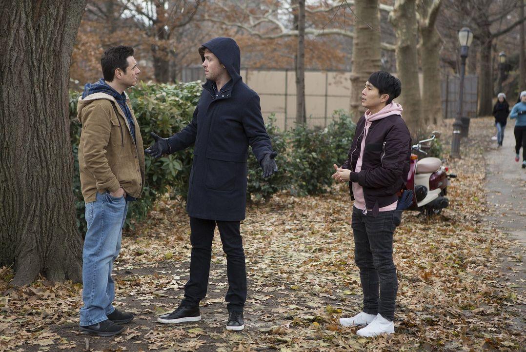 (v.l.n.r.) Officer Howie Maslin (Adam Ferrara); Cameron Black (Jack Cutmore-Scott); Jordan Kwon (Justin Chon) - Bildquelle: Warner Bros.
