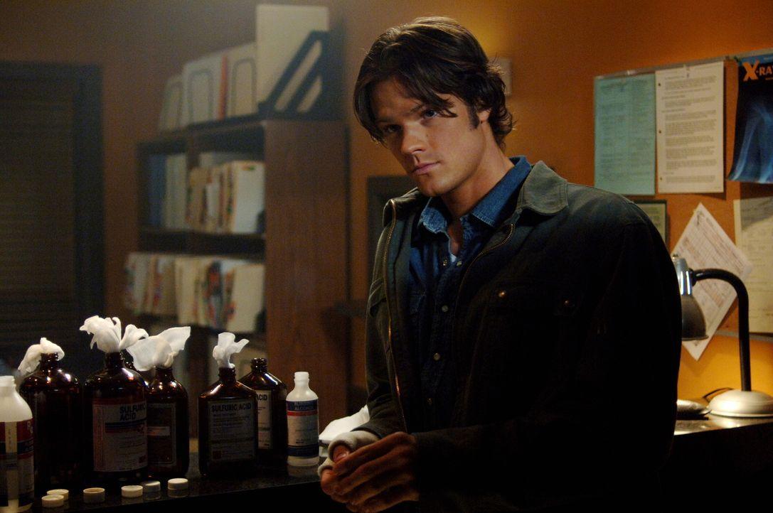 Während sich Dean auf den Weg macht, um Hilfe zu holen, bleibt Sam (Jared Padalecki) bei der Ärztin, um eine Leiche zu untersuchen ... - Bildquelle: Warner Bros. Television