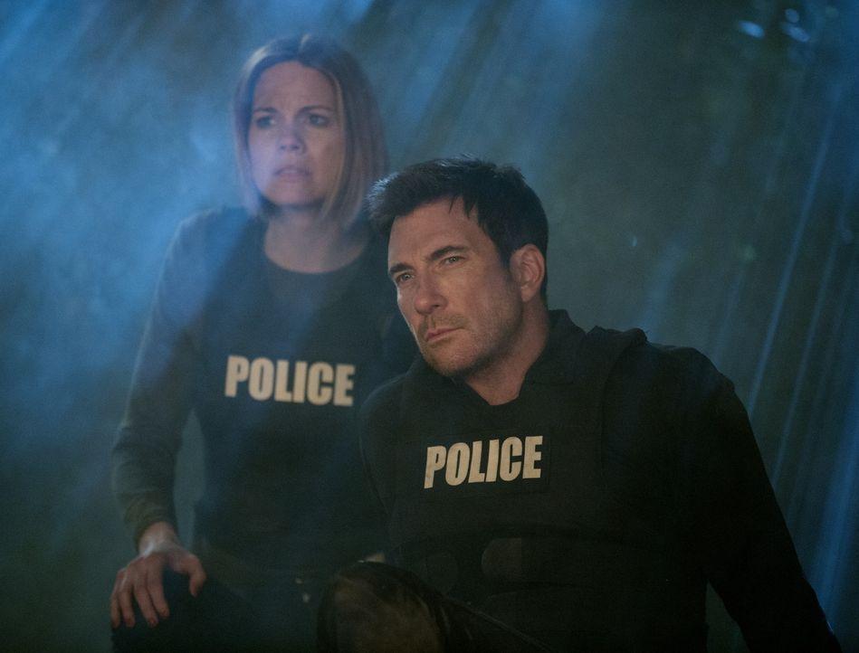 Machen sich auf die Suche nach Beth und geraten dabei selbst in große Gefahr: Janice (Mariana Klaveno, l.) und Jack (Dylan McDermott, r.) ... - Bildquelle: Warner Bros. Entertainment, Inc.