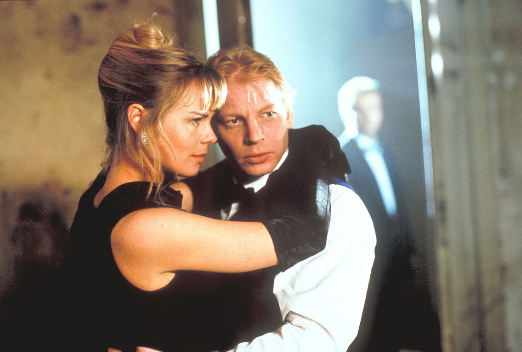Obwohl ihre ganze Liebe Jerry (Ben Becker, r.) gehört, beschließt Helena (Saskia Valencia, l.) Ralph zu heiraten ... - Bildquelle: Krause-Burberg ProSieben