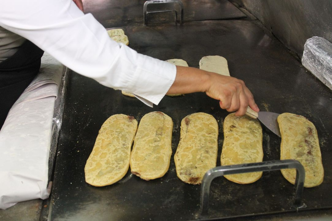 Mexiko-Stadt hat extrem viele Einwohner und alle lieben es, zu essen. Andrew Zimmern reist dorthin, um dort ganz besondere Speisen und Getränke zu v... - Bildquelle: 2015, The Travel Channel, L.L.C. All Rights Reserved