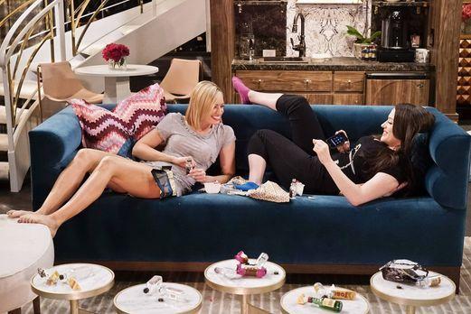 2 Broke Girls - Caroline (Beth Behrs, l.) und Max (Kat Dennings, r.) machen s...