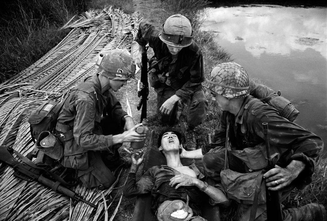 Fotograf Philip Jones Griffiths machte 1966 in Vietnam unglaubliche Bilder von Opfern des Krieges, unschuldigen Zivilisten und  jungen Soldaten. - Bildquelle: Philip Jones Griffiths/ Magnum Photos