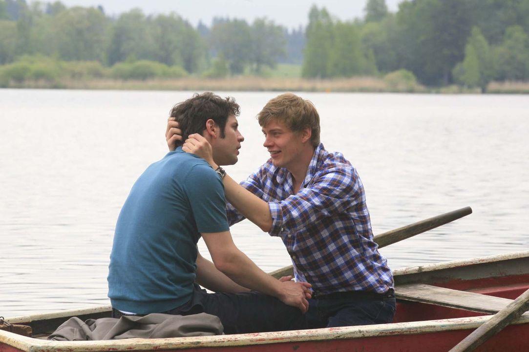 Der romantische Bootstrip der beiden Verliebten (Manuel Wittig, l. und Andreas Helgi Schmid, r.) wird zum Desaster - am Ufer zerreißt sich das ganz... - Bildquelle: Sat.1