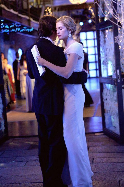 Gemeinsam genießen Rufus (Matthew Settle, l.) und Lily (Kelly Rutherford, r.) den Snowflake Ball, bis Lily eine schockierende Nachricht erhält ... - Bildquelle: Warner Brothers