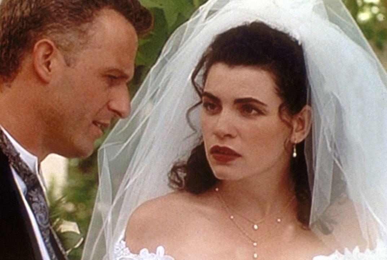 Hathaway (Julianna Margulies, r.) ist entsetzt: Taglieri (Rick Rossovich, l.) lässt die Hochzeit in letzter Minute platzen. - Bildquelle: TM+  WARNER BROS.