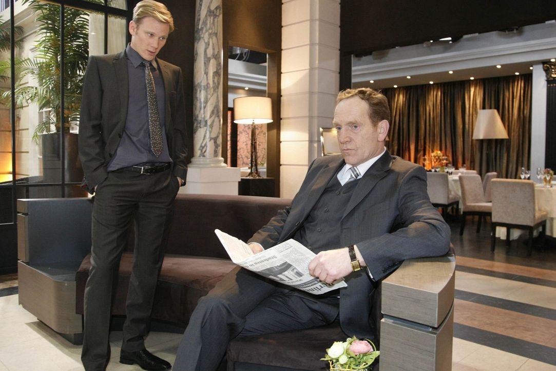 Philip (Philipp Romann, l.) wird von Adrian (Joachim Kappl, r.) gedemütigt, als er ihm gegenüber eingestehen muss, dass sein Plan gescheitert ist... - Bildquelle: SAT.1