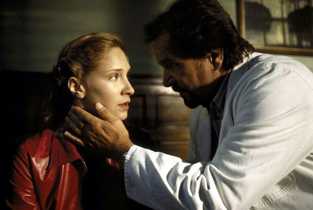 Um einen Vergewaltiger und Frauenmörder aufzuspüren, greift der Psychiater Dr. Meinfeld (Götz George, r.) bei seiner Patientin Tanja (Chiara Scho... - Bildquelle: Marco Meenen ProSieben