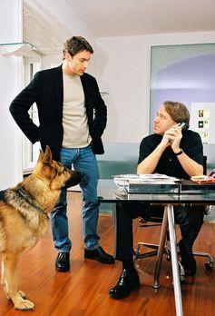 Kommissar Brandtner (Gedeon Burkhard, l.) und Rex befragen Pit Gallauer (Gerd...