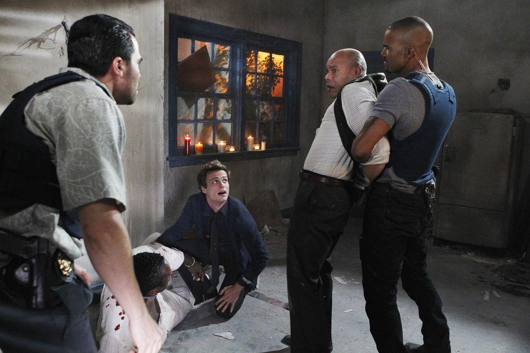 Hat das BAU-Team einen neuen Fall aufgedeckt? Manny (Manny Perez, l.), Julio Ruiz (Hakeem Kae-Kazim, 2.v.l.), Reid (Matthew Gray Gubler, M.), Profes... - Bildquelle: ABC Studios