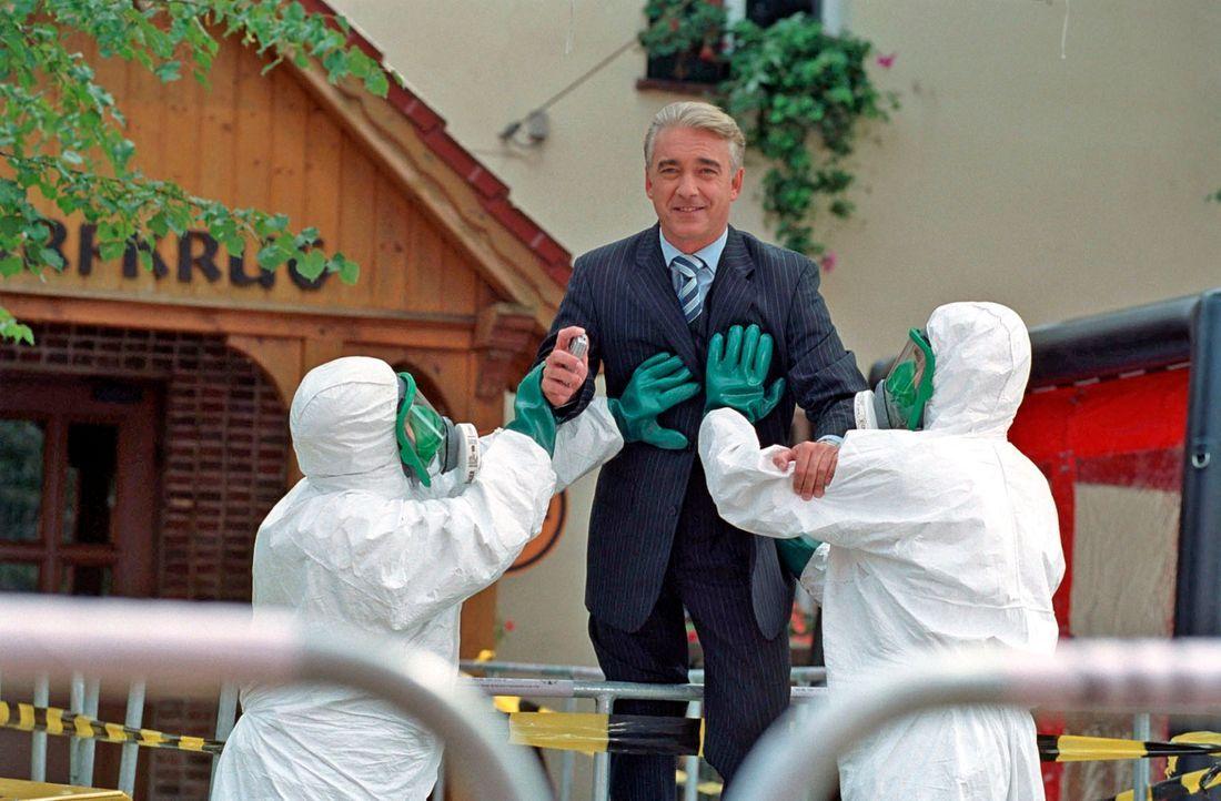 In Kudrow wird Katastrophenalarm ausgelöst und seine Bewohner unter Quarantäne gestellt. Das gilt auch für Johannes (Christoph M. Ohrt)! - Bildquelle: Hardy Spitz Sat.1