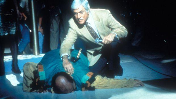 Buddy Blake (Tom DeLuise, l.) stürzt mit einem Messer im Rücken zu Boden. Dr....