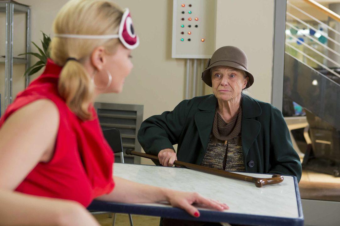 Als Danni (Annette Frier, l.) morgens in die Einkaufspassage kommt, wartet bereits Hilde Menzel (Maria Mägdefrau, r.) auf sie - die dringend Dannis... - Bildquelle: Frank Dicks SAT.1