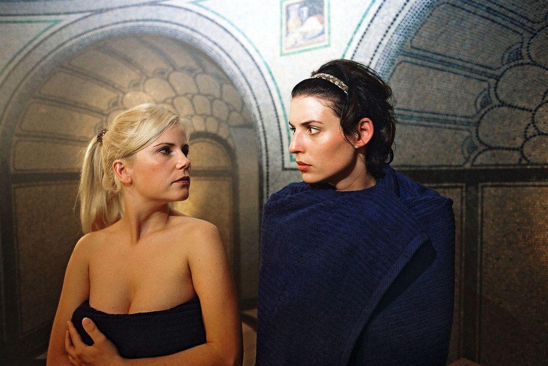 Annabelle (Elena Uhlig, r.) und Yvonne (Michaela Schaffrath, l.) mögen sich nicht besonders ... - Bildquelle: Gordon Mühle Sat.1