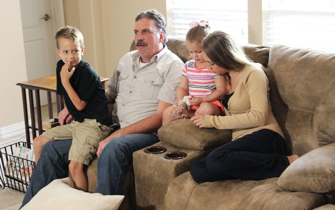 Vermeintliches Familienglück: Polizist Drew Peterson (2.v.l.), seine vierte Frau Stacy (r.) und ihre zwei Kinder... - Bildquelle: 2015 AMS Pictures. All Rights Reserved