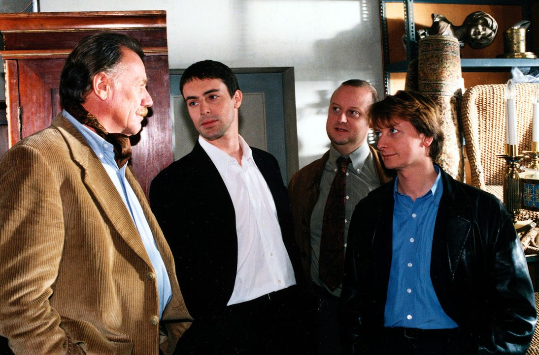 Kommissar Brandtner (Gedeon Burkhard, 2.v.l.), Kunz (Martin Weinek, 2.v.r.) und Böck (Heinz Weixelbraun, r.) verhören den Antiquitätenhändler Manfre... - Bildquelle: Ali Schafler Sat,1