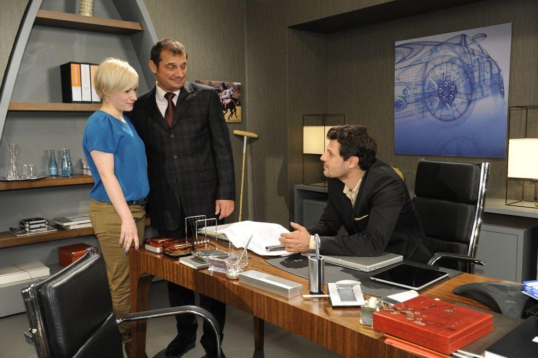 Luca (Manuel Cortez, r.) informiert Olivia (Kasia Borek, l.) und Bernd Lindenberg (Joachim Nimtz, M.) über die angespannte Situation mit Bruno ... - Bildquelle: SAT.1