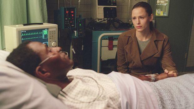 Sydney (Jennifer Garner, r.) findet Dixon (Carl Lumbly, vorne) schwer verwund...