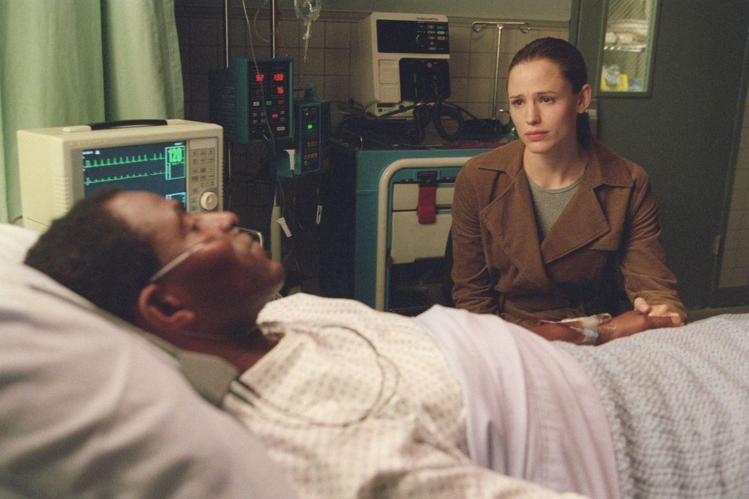 Sydney (Jennifer Garner, r.) findet Dixon (Carl Lumbly, vorne) schwer verwundet auf. Sie benutzt ihr Satellitentelefon und fordert einen CIA-Hubschr... - Bildquelle: Touchstone Television