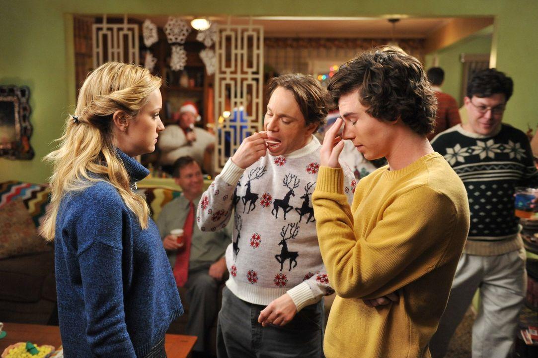Als Frankie beschließt, ihre Nachbarn zu einer Weihnachtsfeier einzuladen, nutzt Axl (Charlie Mc Dermott, r.) die Chance, um Emily (Brianne Howey, l... - Bildquelle: Warner Brothers