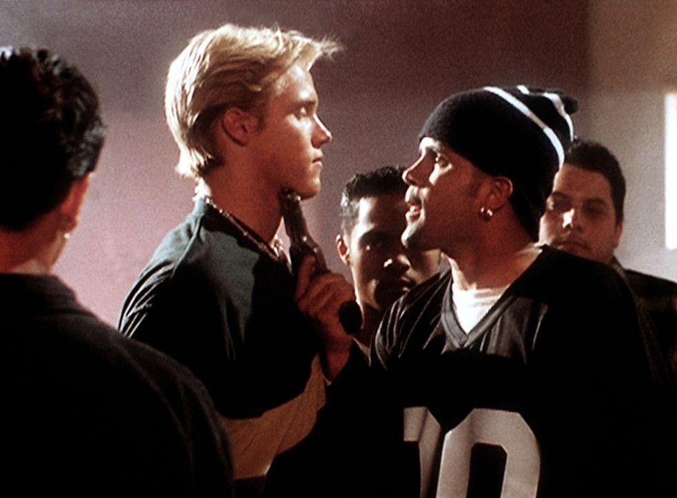 """Shane (Shane Van Dyke, M.) wird von Pedro (Jullian Dulce Vida, r.) und anderen Mitgliedern der """"Black and Whites"""" bedroht, da diese ihn für den Mörd... - Bildquelle: Viacom"""