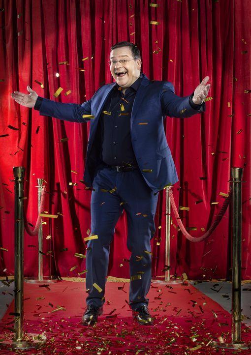 Lädt an den Pokertisch: Gastgeber Elton zockt mit vier Prominenten und einem Online-Qualifikanten ... - Bildquelle: Christian Brodack ProSieben