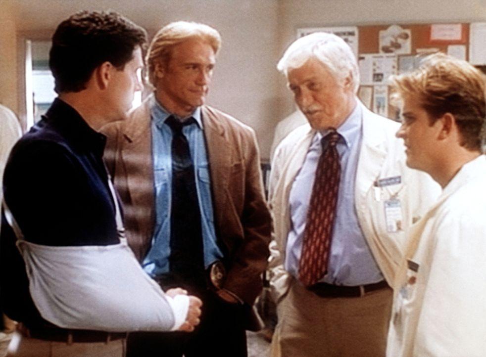 Der Mordverdächtige George (Jeff Allin, l.) wird vom Polizisten Steve (Barry Van Dyke, 2.v.l.), von Dr. Mark Sloan (Dick Van Dyke, M.) und vom Assis... - Bildquelle: Viacom