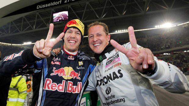 Weltmeister unter sich: Michael Schumacher (r.) und Sebastian Vettel (l.) geb...