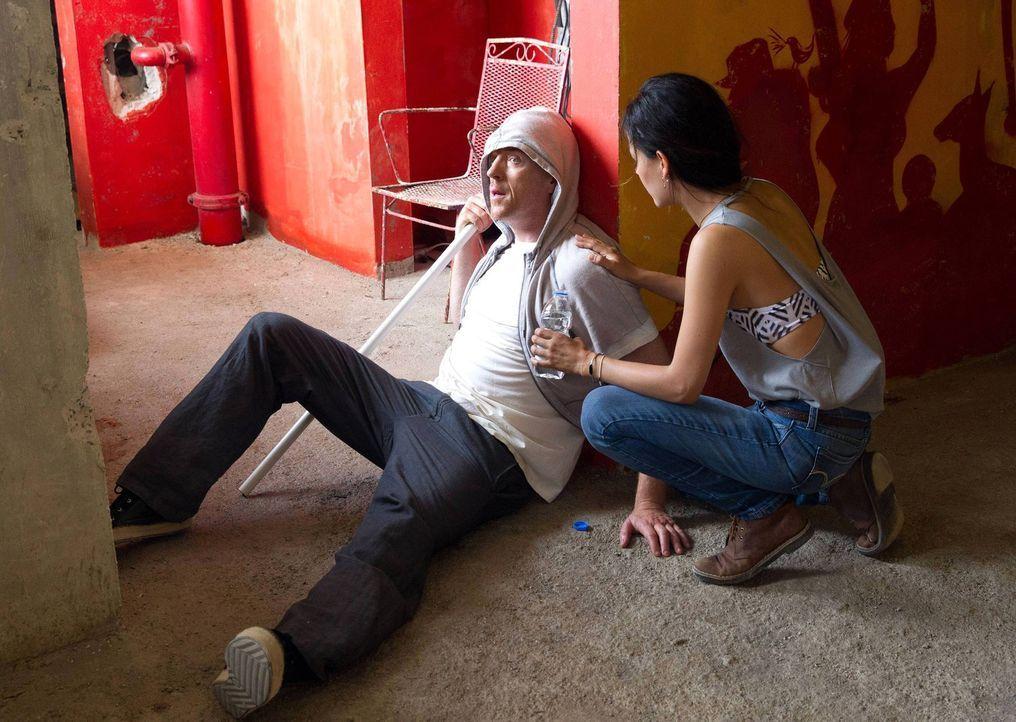 Während Brody (Damian Lewis, l.) im Hochhaus gefangen gehalten wird, wird er von Esme (Martina Garcia, r.) betreut, die ihn eines Tages sogar zur Fl... - Bildquelle: 2013 Twentieth Century Fox Film Corporation. All rights reserved.