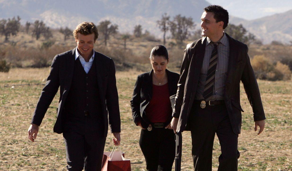 Versuchen einen neuen Fall aufzuklären: Patrick (Simon Baker, l.) und seine Kollegen Kendall (Tim Kang, r.) und Teresa (Robin Tunney, M.) ... - Bildquelle: Warner Bros. Television