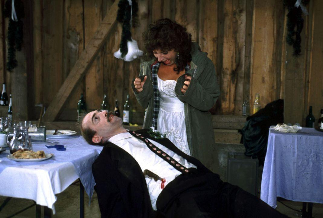 Klara (Monika Baumgartner), frisch getraute Hopfner, will am Morgen ihren Angetrauten Franz wecken. Doch der ist zunächst nirgends zu finden. Als Kl... - Bildquelle: Magdalena Mate Sat.1