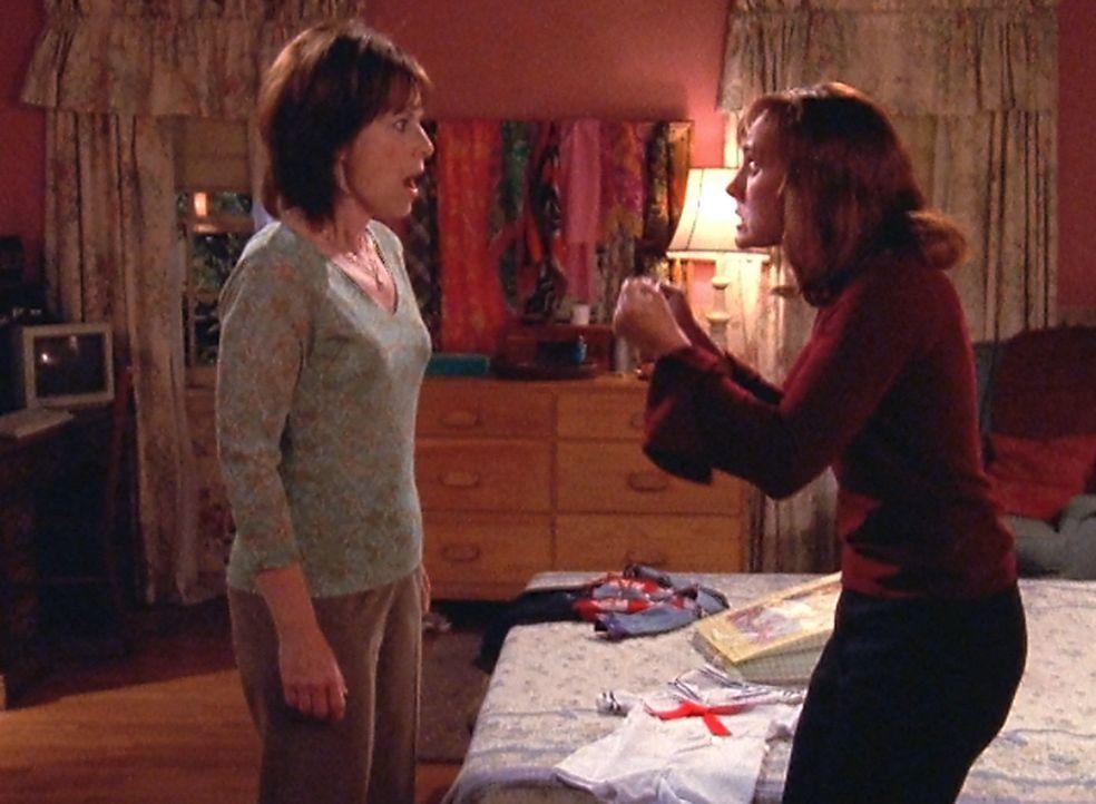 Lois' (Jane Kaczmarek, l.) Schwester Susan (Laurie Metcalf, r.) kommt zu Besuch und es dauert nicht lange bis sich die beiden in die Haare kriegen ... - Bildquelle: TM +   2000 Twentieth Century Fox Film Corporation. All Rights Reserved.
