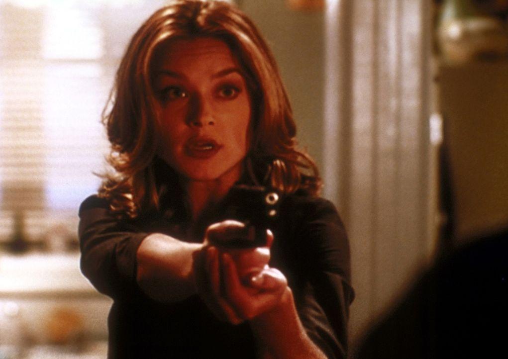 Kate (Elisabeth Röhm) hat am Tatort einen Verdächtigen gestellt und glaubt, dass der Fall damit abgeschlossen ist. - Bildquelle: TM +   2000 Twentieth Century Fox Film Corporation. All Rights Reserved.