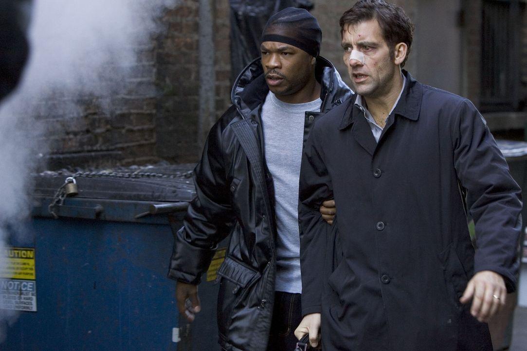 Nach und nach kommt Charles (Clive Owen, r.) den Gangstern auf die Spur - und gerät dabei an Dexter (Xzibit, l.), einen der Handlanger von LaRoche... - Bildquelle: Miramax Films All rights reserved