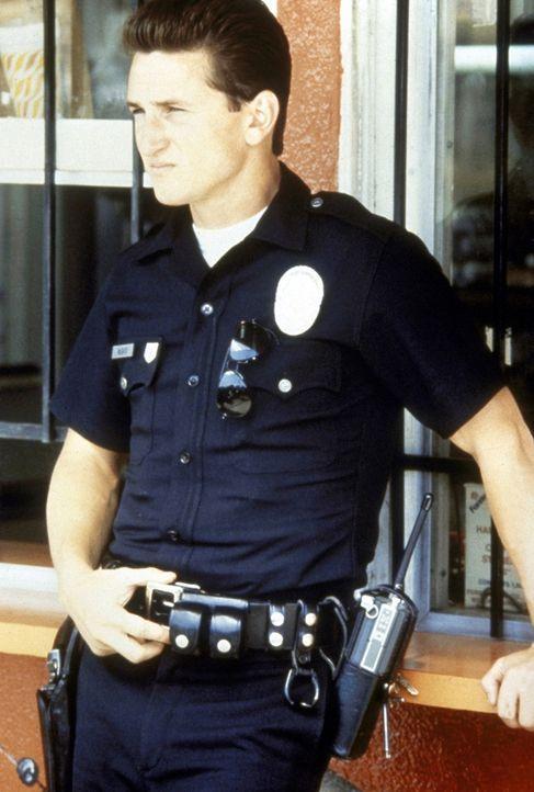Der Polizist Danny McGavin (Sean Penn) glaubt, den brutalen Jugendgangs in L.A. zeigen zu können, wer das Sagen hat. - Bildquelle: Orion Pictures Corporation