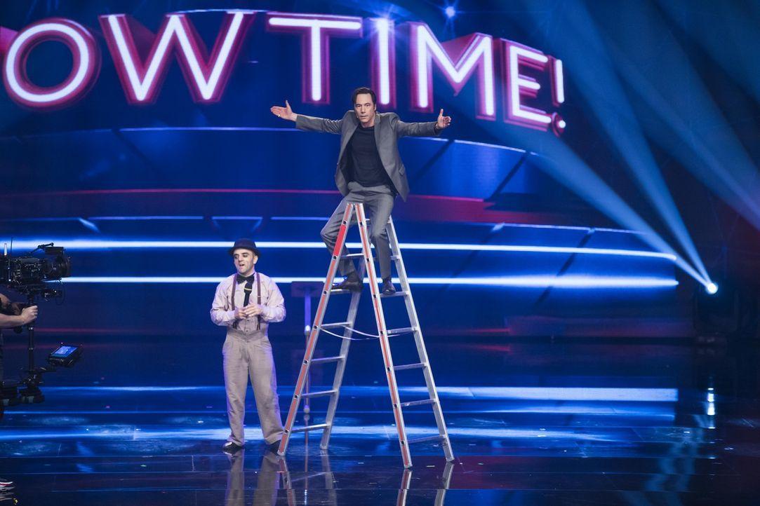 Michael Bully Herbig (l.) lässt sich vom Free Ladder Man (l.) zeigen, wie man richtig eine Leiter hochgeht ... - Bildquelle: Benedikt Müller SAT.1